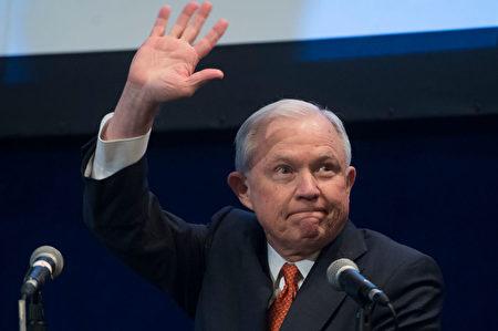 美国司法部长塞申斯(Jeff Sessions) 此前表示,各大庇护城市如果不和联邦执法部门合作,将停止向这些城市提供联邦经费补助。(SAUL LOEB/AFP/Getty Images)