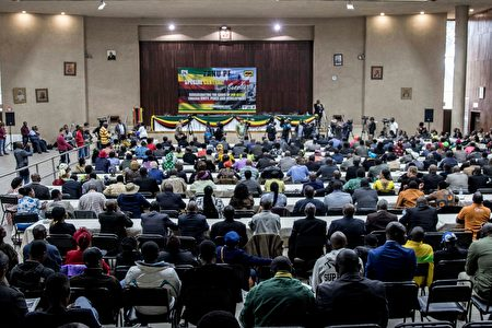 津巴布韋執政黨非洲民族聯盟-愛國陣線(ZANU-PF),週日(11月19日)召開特別會議,投票贊同解除總統穆加貝的黨內領導職務。(JEKESAI NJIKIZANA/AFP/Getty Images)