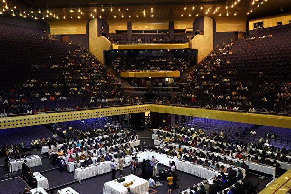 津巴布韋議會週二(11月21日)開始啟動彈劾穆加貝下台的程序後,議會發言人宣布穆加貝已經辭去總統職務。標誌著津巴布韋一個的結束。(MARCO LONGARI/AFP/Getty Images)