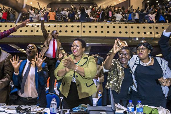 津巴布韋議會週二(11月21日)開始啟動彈劾穆加貝下台的程序後,議會發言人宣布穆加貝已經辭去總統職務。標誌著津巴布韋一個的結束。(JEKESAI NJIKIZANA/AFP/Getty Images)