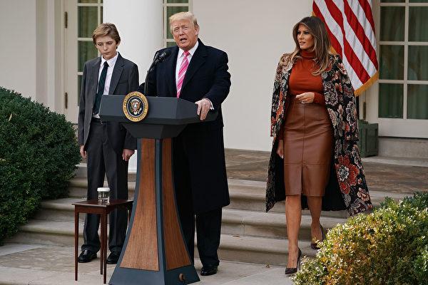 周二(11月21日),美国总统川普在白宫首次赦免火鸡,梅拉尼娅和儿子巴伦陪同在侧。(Chip Somodevilla/Getty Images)