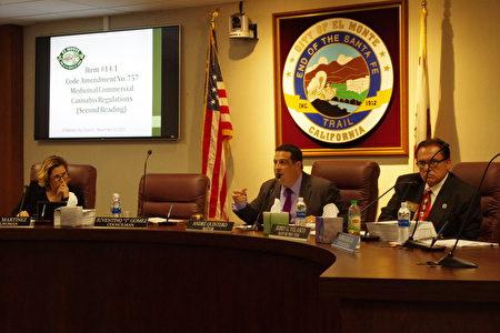 11月8日晚,洛杉磯縣艾爾蒙地市(El Monte)市議會以3票通過大麻案,兩人缺席。左起:市議員Victoria Martinez、市長Andre Quintero、副市長Jerry Velasco。(劉菲/大紀元)