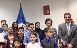 萬聖節下午,來自22個國家的31位小朋友在新任美國移民局局長李‧西斯納(Lee Francis Cissna)的帶領下,宣誓加入美國國籍。(林樂予/大紀元)