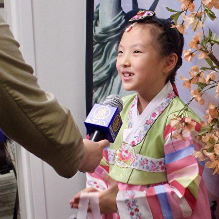 来自韩国的小公民Kara Lee身着传统韩国服饰。(亦平/大纪元)