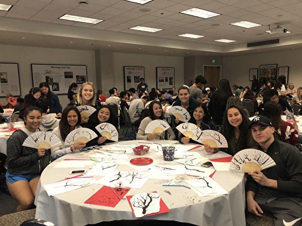 """橙县查普曼大学之世界语言文化系中文部11月10日举办""""台湾传统艺术文化活动"""",很多学生参加。(赵苡廷提供)"""