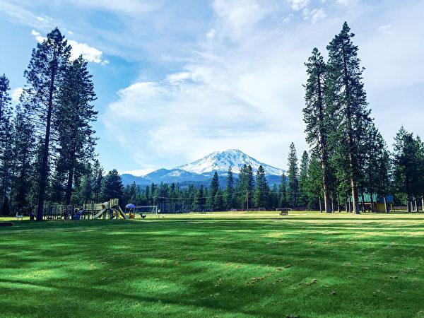 美西名胜,雄伟庄静的沙斯塔雪山。拍摄于McCloud。(张又天/大纪元)
