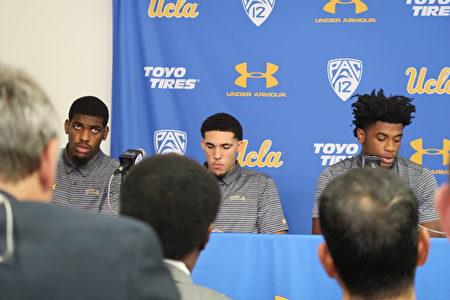 UCLA男籃球員Cody Riley、LiAngelo Ball和Jalen Hill在11月15日的記者會上閱讀聲明。(徐綉惠/大紀元)