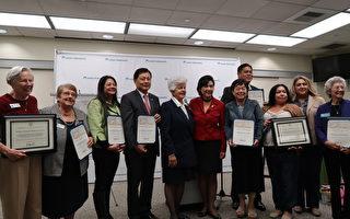 聯邦眾議員趙美心(左六)、納波利塔諾(左五)頒發褒獎給予協助募集物資幫助家暴受害者的組織,呼籲民眾重視家暴問題,勇於尋求幫助。(徐綉惠/大紀元)