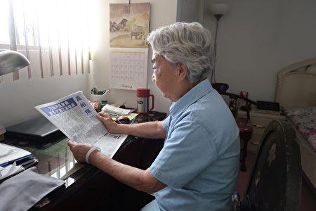 90歲的禹如惠在看真相報。(徐綉惠/大紀元)