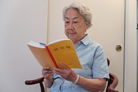 90歲的禹如惠在學法。(徐綉惠/大紀元)