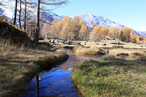 清澈见底的小溪从村前流过。(龚简/大纪元)