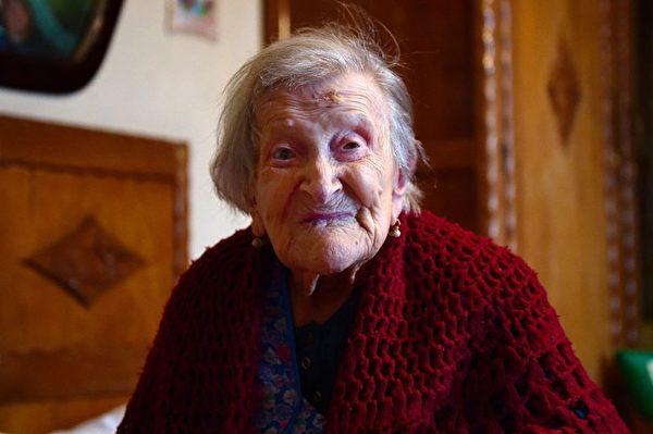 世界上最年长人瑞、意大利老妇人莫拉诺在家去世,享年117岁。图为老人2016年5月14日拍摄的老照片。(OLIVIER MORIN/AFP/Getty Images)