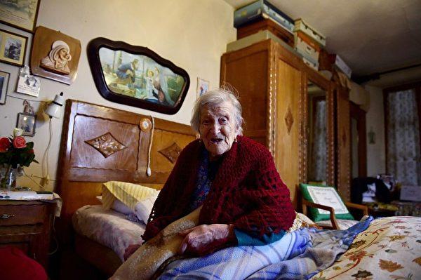 老妇人莫拉诺的长寿秘诀包括一天吃3颗鸡蛋。(OLIVIER MORIN/AFP/Getty Images)