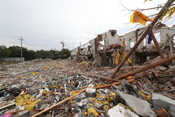 大陆社会乱象愈演愈乱,不断突破道德底线。圖為11月26日寧波江北突發爆炸,現場房屋坍塌。(STR/AFP/Getty Images)