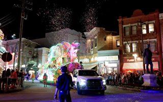洋溢在節日氣氛中的奧蘭多。圖為奧蘭多環球影城花車遊行。 ( 岑華穎/大紀元)