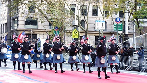 全美最大的老兵節遊行11月11日在紐約市五大道登場,雖然天氣寒冷,但難擋參與者及觀眾的熱情。(張學慧/大紀元)