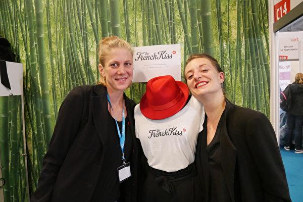 现年31岁的Agathe Stirer(左)就凭一个法式吻走出自己的创业之路。(孟谦/大纪元)