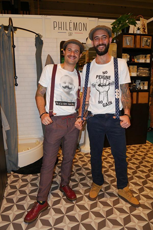 Antoine FAGOT(左)和同事一身法国男士传统打扮参加展览。(孟谦/大纪元)