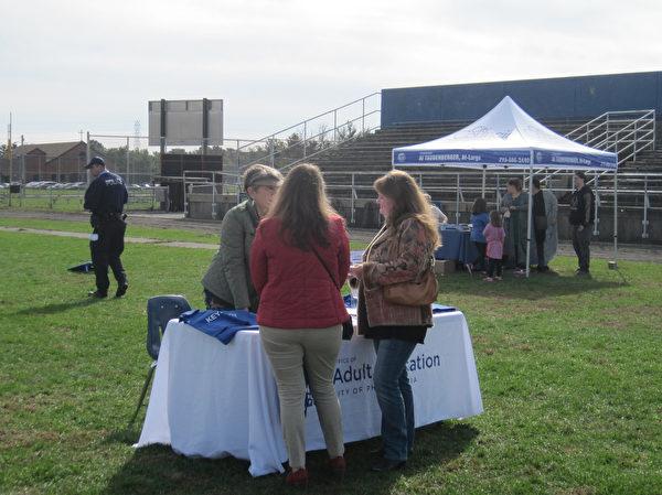 11月4日(周六),乔治华盛顿高中第一届年度社区学校博览上,费城市府成人教育办公展位, 向社区民众介绍成人教育项目。(杨茜/大纪元)