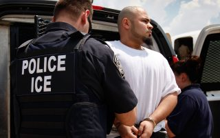 ICE優先抓捕那些危害美國國家和社會治安及邊境安全的移民。 (Scott Olson/Getty Images)