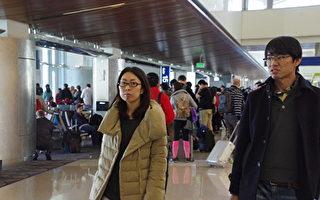 湯姆·布拉德利國際航廈內的中國遊客。(劉菲大紀元)
