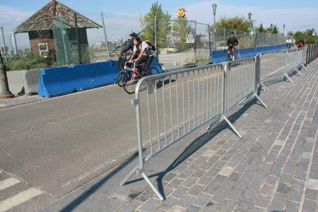 一些單車道現放上了臨時護欄。