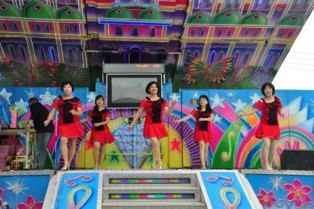 產業活化聯歡活動,活力熱情嬌媚的歌舞表演,讓人看不出她們的實際年齡。(賴月貴/大紀元)