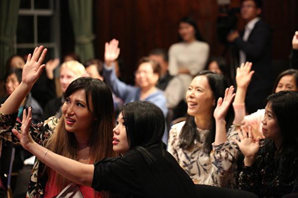 觀眾踴躍參與意大利小知識有獎競答。(謝雲良/大紀元)