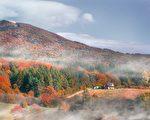 凝视雾濛濛的山丘,感受开阔的空间,欣赏如此美景,让人身心放松。(公有领域)