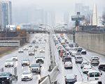 大多倫多地區的高速公路擁堵造成商家的運營成本增加。(加通社)