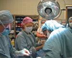 亚省医疗花费支出位居全加拿大第二。(加通社)    Operating room doctors and nurses perform a C-section delivery at Oakville-Trafalgar Memorial Hospital, Oct.25, 2005.  (CP PHOTO/Richard Buchan)