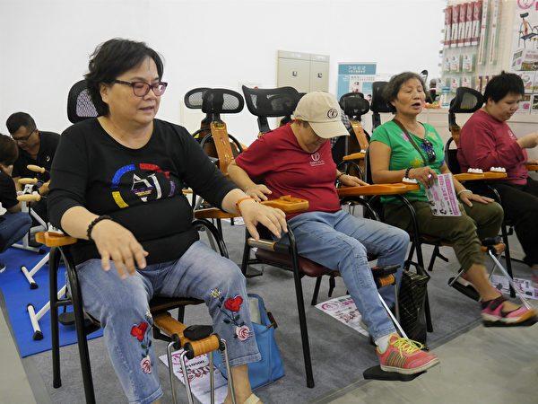 微運動健康椅,能同時紓壓、按摩和運動,適合久坐、不運動和樂齡族群。(方金媛/大紀元)