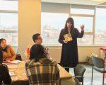 教師工會教師中心專家介紹,利用生活環境,隨時隨地讓孩子識字是幫助孩子認字的好方法。講座吸引不少華人家長聆聽。 (林丹/大紀元)