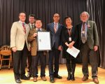 皇后區圖書館新移民服務項目創辦40周年,顧雅明(左三)代表市議會祝賀褒獎。 (林丹/大紀元)