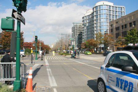 嫌犯開車衝進自行車道的路口。