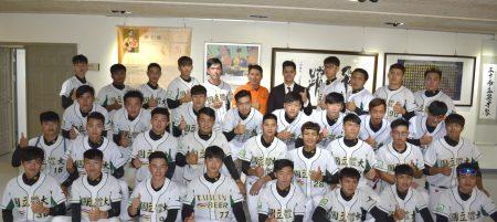 陈伟殷(后中右)与棒球队与学弟学妹们进行学习及成长经验分享前合影。(副教授龚荣堂提供)