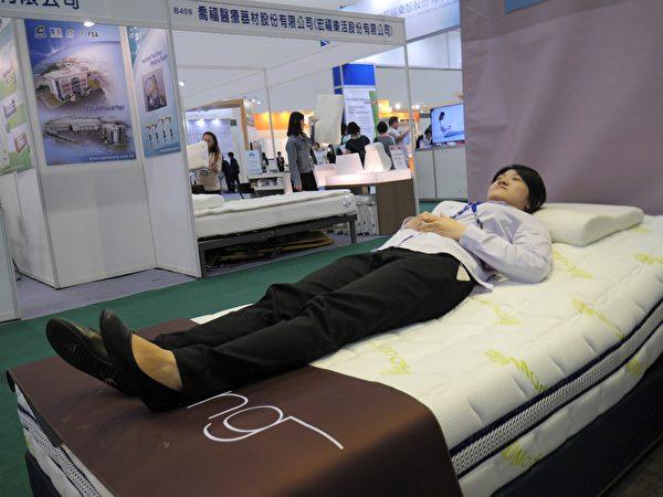 氣囊式電動按摩床,在按摩同時釋放負離子淨化空氣,使人容易入睡。(方金媛/大紀元)