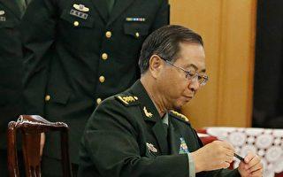 中共军委政治工作部前主任张阳(右)被官方确认调查后,他的长期搭档房峰辉(左)也传被调查。 (THOMAS PETER/AFP/Getty Images)