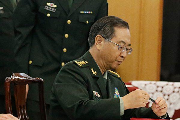 中共軍委政治工作部前主任張陽(右)被官方確認調查後,他的長期搭檔房峰輝(左)也傳被調查。 (THOMAS PETER/AFP/Getty Images)
