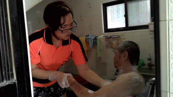 家中有失能者或需照顾长辈,高市社会局提供居家服务员,每周到府协助起居,需要民众可申请补助。(高市社会局提供)