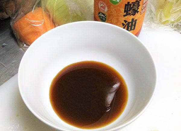 锅中加入蚝油和糖。(图:奥莉薇小姐/大纪元)