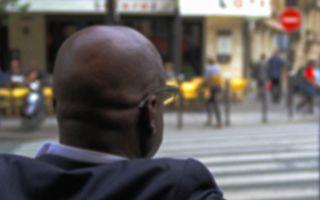 老人每天帶學生過馬路 這天一輛亂停的汽車讓他落淚