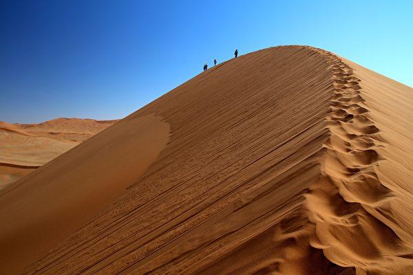 一支考古隊在沙漠中行走。(pixabay)