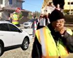 老人连续10年保障小学生上下学安全,这天一辆违规停在斑马线上的汽车让他感动落泪。(视频截图/大纪元合成)