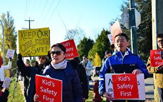 圖:溫哥華Marpole區為流浪者提供住宿的臨時組合屋計劃引起爭議,11月6日,區內居民舉行抗議活動,指市府此舉無視學童安全。(余天白/大紀元)