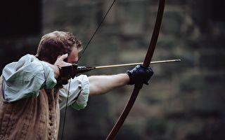 丹麦神射手的箭会转弯 绕过障碍击中目标