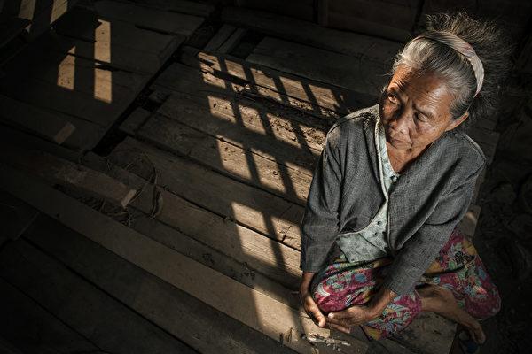 示意图。老人病重,儿子不来探望,十分孤苦。(shutterstock)