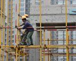 中國等國家都是發展中的經濟體系,發展速度會比已經成熟的經濟體系來得快,所以產生了短暫的錯覺。圖為2017年北京一處建筑工地。 (GREG BAKER/AFP/Getty Images)