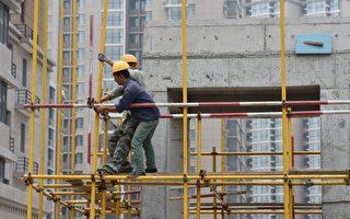 中國等國家都是發展中的經濟體系,發展速度會比已經成熟的經濟體系來得快,所以產生了短暫的錯覺。圖為2017年北京一處建築工地。 (GREG BAKER/AFP/Getty Images)