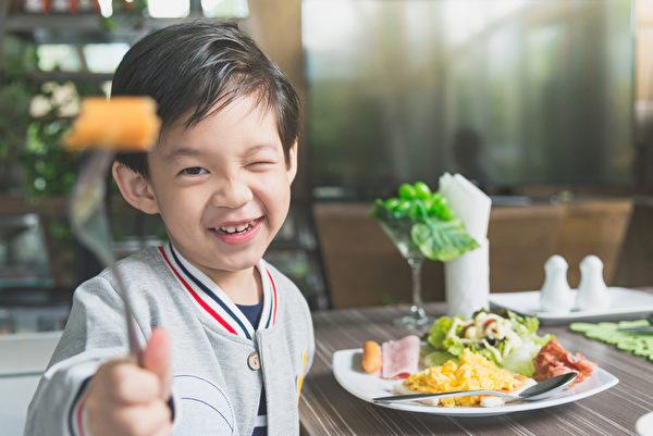 亚洲小孩吃早餐